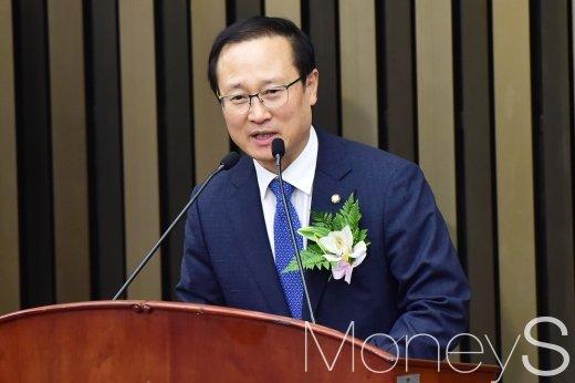 [머니S포토] 당선소감 전하는 홍영표 신임 원내대표