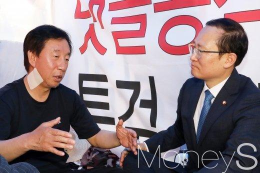 [머니S포토] 김성태 의견 듣는 홍영표 민주당 신임 원내대표