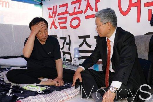 [머니S포토] 김성태 안부 묻는 김동철