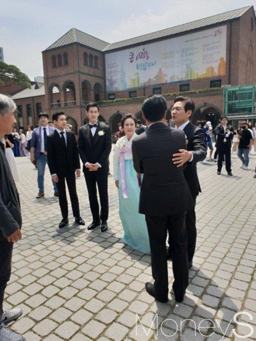 안성기 아들 결혼. 오늘(11일) 안성기 아들인 미술가 안다빈씨가 서울의 한 성당에서 백년가약을 맺었다. /사진=머니S 독자제공