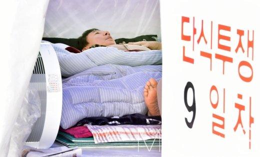 단식투쟁 9일차를 맞이한 김성태 자유한국당 원내대표가 11일 서울 여의도 국회 앞 임시거처에서 잠시 휴식을 취하고 있다. /사진=임한별 기자