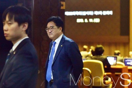 [머니S포토] 자유한국당 연좌농성 지켜보는 우원식