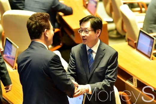 [머니S포토] 김경수, 국회 본회의 참석해 응원 받아