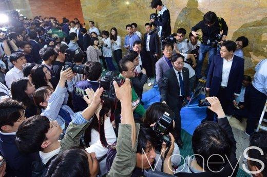 [머니S포토] 한국당 연좌농성 중 본회의장 들어서는 민주당 의원들