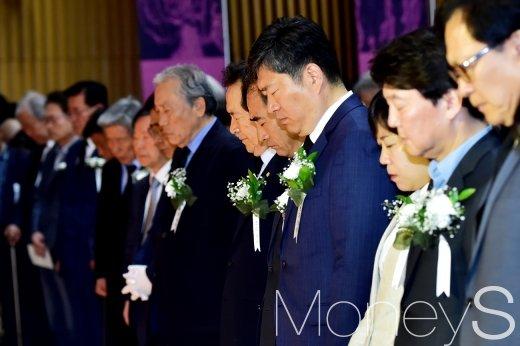 [머니S포토] 5.18 서울기념식, 묵념하는 정세균 의장과 참석자