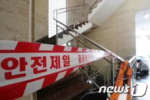 서울 강남의 한 피부과에서 프로포폴 주사를 맞고 미용시술을 받은 환자 20명이 집단으로 패혈증 증상을 보이는 사고가 발생해 경찰 과학수사대가 조사에 나섰다. /사진=뉴스1