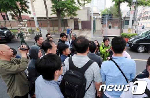 1일 중국 베이징 북한대사관 앞에 취재진이 모여있다. 북한은 이날 판문점 연락채널이 닫힐때까지 풍계리 핵실험장 폐기행사 남측공동취재단 초청에 대한 언급이 없었다./사진=뉴스1(사진공동취재단)