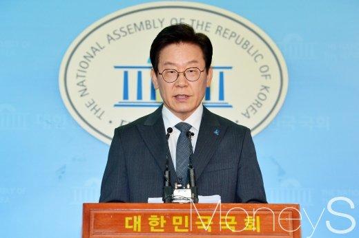 이재명 경기지사 후보가 KBS초청토론에서 상대 후보들에게 여배우스캔들 등 집중 공세를 받은 가운데 이 후보 측이 입장을 밝혔다. 사진은 이재명 후보. /사진=임한별 기자