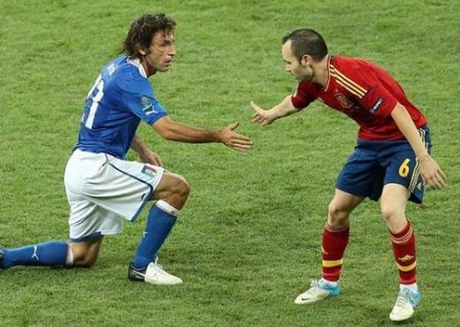 이탈리아와 스페인의 축구 경기 모습. 사진은 피를로(왼쪽)와 이니에스타. /사진=안드레아 피를로 인스타그램