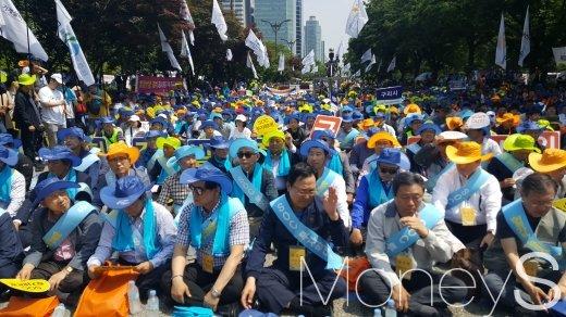 유주현(오른쪽 두번째) 대한건설협회회장을 비롯한 협회 관계자와 전국 건설인 7000여명은 31일 오후 2시 서울 여의도 국회의사당 앞에서 '전국 건설인 대국민호소대회'를 열었다. /사진=김창성 기자