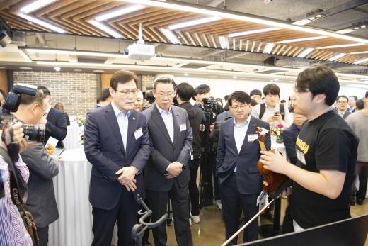 최종구 금융위원장(왼쪽)과 김태영 은행연합회장(가운데)이 디캠프 입주기업의 소개를 듣고 있는 모습./사진=은행연합회