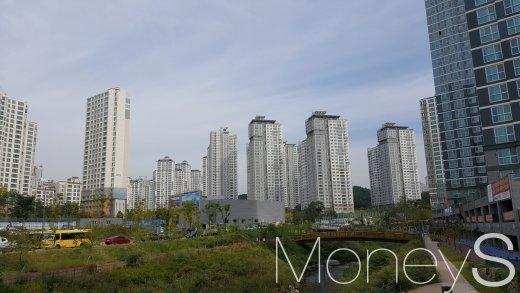 여천을 끼고 있는 광교신도시의 한 아파트 단지. /사진=김창성 기자