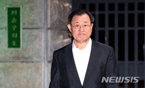 이병기 석방. 이병기 전 국가정보원장이 구속 기한 만기로 석방돼 4일 오후 경기 의왕시 서울구치소를 나서고 있다. /사진=뉴시스