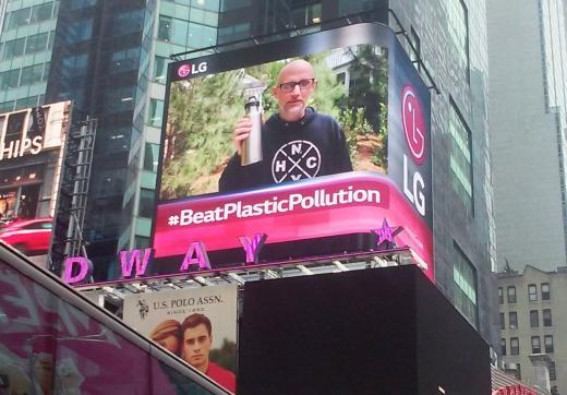 LG전자는 세계 환경의 날을 맞아 미국 뉴욕과 영국 런던에서 환경보호를 위해 플라스틱을 줄이자는 내용의 캠페인을 진행하고 있다. / 사진=LG전자