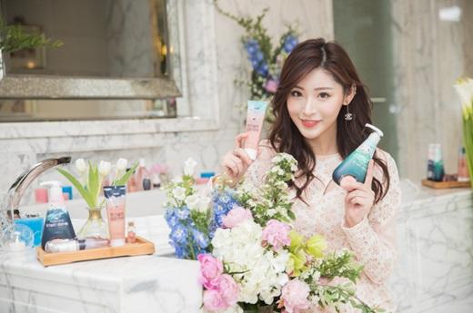 LG생활건강이 최근 '히말라야 핑크솔트 담은 치약'을 중국시장에 출시하고 중국 지역 모델을 통해 홍보활동을 진행하고 있다. /사진=LG생활건강