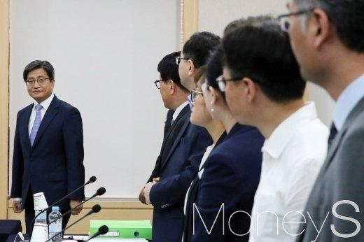 [머니S포토] 사법발전 위원들과 인사 나누는 대법원장