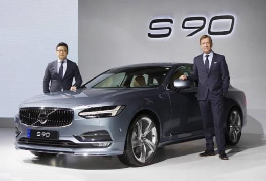 (왼쪽부터) 이윤모 볼보자동차코리아 대표, 하칸 사무엘손 볼보자동차그룹 CEO /사진=볼보자동차코리아 제공