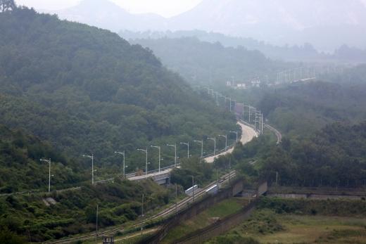 강원도 고성군 통일전망대에서 바라본 동해선 철로와 육로. /사진=뉴시스 DB
