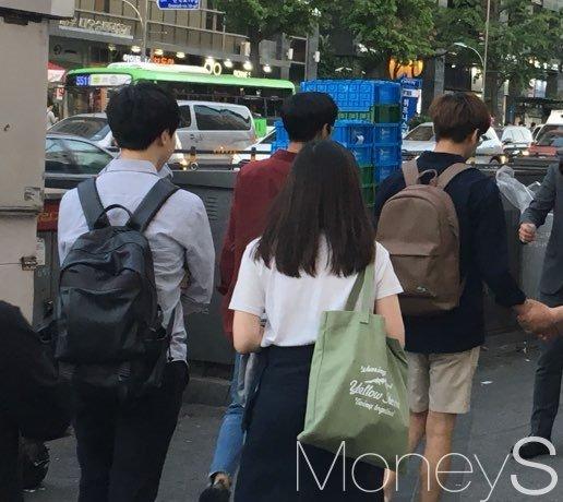 지난 2일 서울대입구역 앞에서 후보자들이 선거운동을 하고 있지만 학생들은 관심이 없어 보인다. /사진=강산 기자