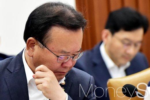 [머니S포토] 하루 앞으로 다가온 사전투표, 생각에 잠긴 김부겸 장관