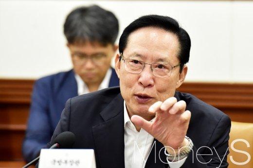 [머니S포토] 답변하는 송영무 장관