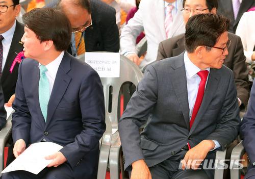 지난달 22일 오전 서울 종로구 대한불교 조계종 조계사에서 열린 법요식에 참석한 안철수(왼쪽) 바른미래당 서울시장 후보와 김문수 자유한국당 서울시장 후보가 다른 방향을 바라보고 있다. /사진=뉴시스