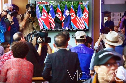 전세계의 이목이 집중된 북미정상회담이 12일 싱가포르 센토사 섬 카펠라호텔에서 열린 가운데 미국 도널드 트럼프 대통령과 북한 김정은 국무위원장 회동 장면을 시민들이 TV 생중계로 지켜보고 있다./사진=임한별 기자