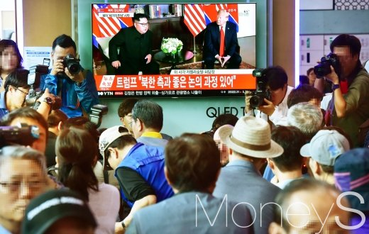 전세계의 이목이 집중된 북미정상회담이 12일 싱가포르 센토사 섬 카펠라호텔에서 열린 가운데 미국 도널드 트럼프 대통령과 북한 김정은 국무위원장 회동 장면을 시민들이 TV 생중계로 지켜보고 있다. /사진=임한별 기자