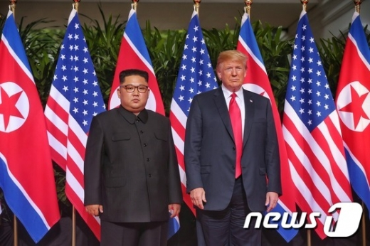 도널드 트럼프 미국 대통령과 김정은 북한 국무위원장이 12일 오전 북미 정상회담이 열린 싱가포르 센토사섬 카펠라호텔에서 악수를 나누고 있다. /사진=뉴스1(싱가포르통신정보부 제공)