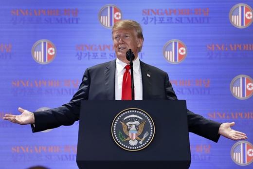 도널드 트럼프 미국 대통령이 12일 싱가포르 카펠라호텔에서 김정은 북한 국무위원장과의 첫 정상회담을 마친 후 가진 기자회견에서 취재진 질문에 답변하고 있다. /AP·뉴시스