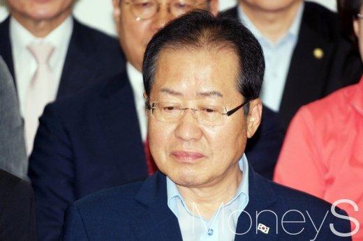 자유한국당 홍준표 대표와 당직자들이 13일 선거 끝나고 당사에서 방송사들의 출구조사 결과를 시청하고 있다. /사진=임한별 기자