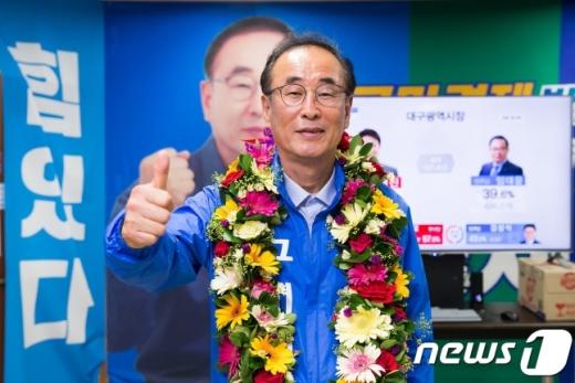 14일 오전 경북에서는 유일하게 민주당으로 기초자치단체장에 당선된 장세용 후보가 지지자들이 걸어준 축하 화환을 목에 걸고 엄지척을 하고 있다./사진=뉴스1