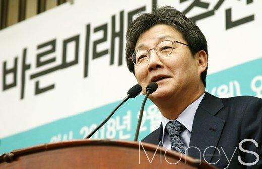"""[유승민 사퇴 기자회견] """"처절히 무너진 보수 정치 찾겠다""""(속보)"""