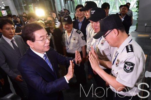 [머니S포토] 3선 박원순, 청원경찰들과 '하이파이브'