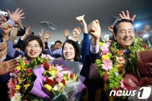 김종식 더불어민주당 목포시장 후보가 14일 전남 목포 선거사무실에서 6·13 지방선거 당선이 확정되자 지지자들과 함께 기뻐하고 있다. /사진=뉴스1(김종식캠프 제공)