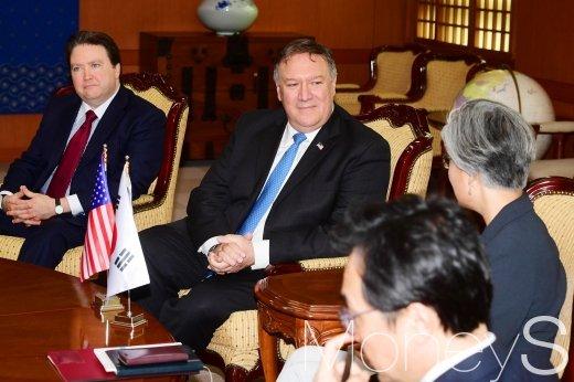 마이크 폼페이오 미국 국무장관이 14일 서울 종로구 외교부 청사에서 강경화 외교부 장관의 의견을 경청하고 있다. /사진=임한별 기자