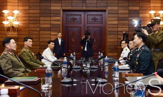 [머니S포토] 남북장성급회담, 의견 나누는 김도균-안익산