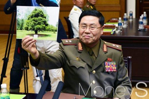 [머니S포토] 남북장성급회담, 북측 수석대표 손에 들린 사진은?