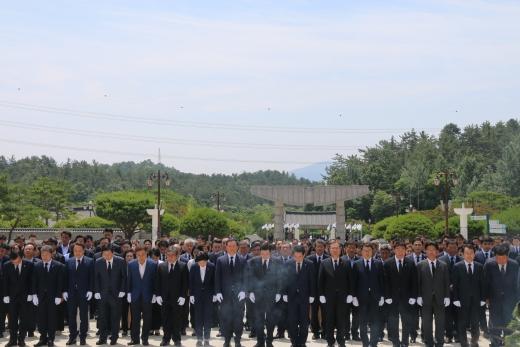 국립5·18묘지 참배하는 민주당 광주·전남 당선인들