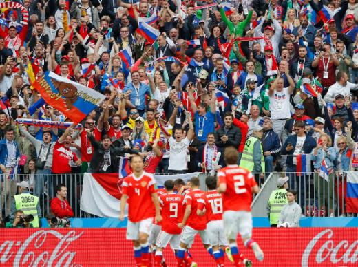 골을 넣고 기뻐하는 러시아 선수들./사진= FIFA 홈페이지 캡처