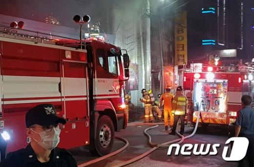 군산 화재. 지난 17일 오후 9시53분쯤 전북 군산시 장미동 유흥주점에서 화재가 발생했다. 이날 소방관들이 화재현장을 조사하고 있다. /사진=뉴스1
