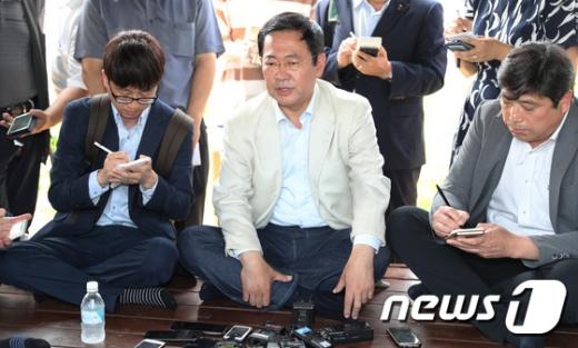 박남춘 더불어민주당 인천시장 당선인이 18일 인천대공원에서 기자들과 간담회를 하고 있다./사진=뉴스1