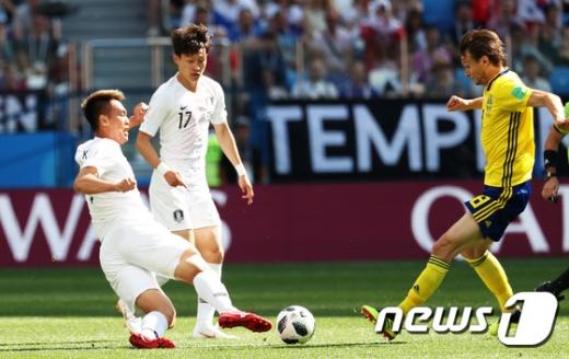 18일 오후 한국-스웨덴 축구중계가 진행되는 가운데 김신욱의 활약이 눈길을 끈다. 사진은 이날 오후(현지시간) 러시아 니즈니 노브고로드 스타디움에서 열린 2018 러시아 월드컵 F조 조별리그 1차전 대한민국의 경기 모습. /사진=뉴스1