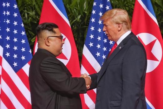 6.12 북미정상회담에서 손을 맞잡은 김정은 북한 국무위원장과 도널드 트럼프 미국 대통령./사진=뉴시스