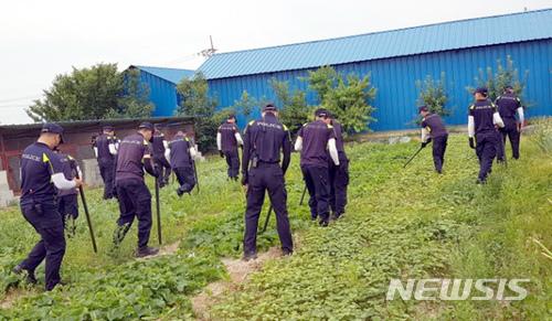 19일 오전 전남 강진군 도암면에서 경찰이 아르바이트 하겠다고 나선 뒤 실종된 여고생 수색작업을 벌이고 있다. /사진=뉴시스(전남경찰청 제공)