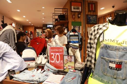 롯데백화점 광주점 트래디셔널 상품군 중 다미힐피거매장에서 상품을 살펴보고 있다.