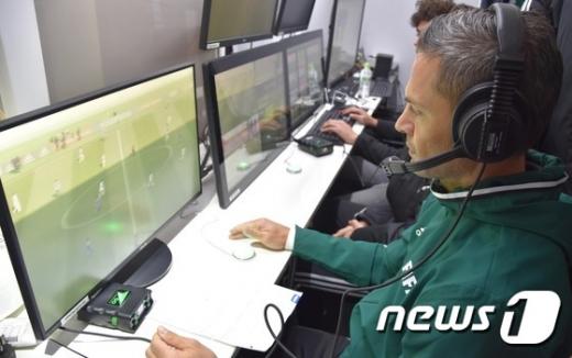 국제축구연맹(FIFA) 심판들이 비디오 판독(VAR)을 하는 모습./사진=뉴스1(FIFA 제공)