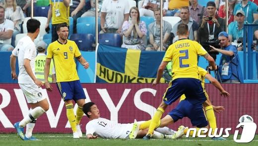 축구대표팀 김민우가 지난 18일 오후(현지시간) 러시아 니즈니 노브고로드 스타디움에서 열린 2018 러시아 월드컵 F조 조별리그 1차전 대한민국과 스웨덴의 경기에서 태클을 하고 있다. 이 태클은 비디오 판독 끝에 패널티킥으로 이어져 첫 실점의 빌미가 됐다./사진=뉴스1