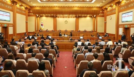 이진성(가운데) 헌법재판소장을 비롯한 헌법재판관들이 28일 오후 서울 종로구 재동 헌법재판소 대심판정에서 열린 6월 심판사건 선고를 하고 있다 /사진=뉴시스.