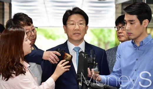 '강원랜드 채용비리' 의혹을 받고 있는 권성동 자유한국당 의원이 4일 오전 서울 서초구 서울중앙지방법원에 구속 전 피의자심문(영장실질심사)을 받기 위해 출석했다./사진=임한별 기자